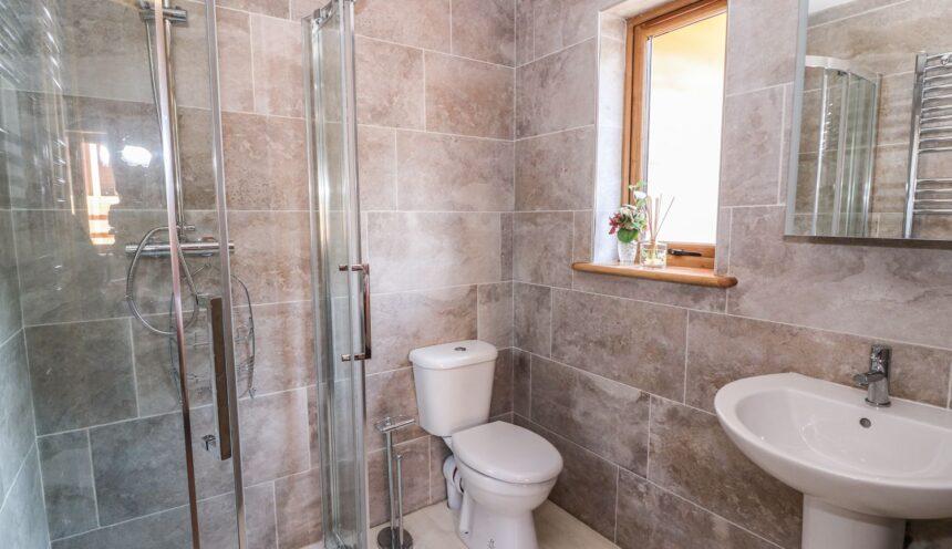 The Firs, Llanidloes - Bathroom